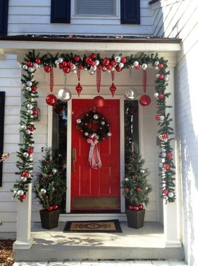 Comfy Christmas Front Porch Decor Ideas To Looks More Elegant 06
