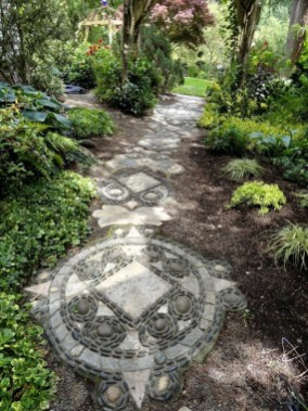 Delicate Garden Landscaping Design Ideas Using Rocks Stone To Try 24