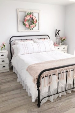 Wonderful Farmhouse Bedroom Decorating Ideas That You Need To Try 18