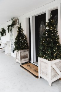 Brilliant Tropical Winter Decor Ideas That Bring Your Home Into Holiday Feel 28