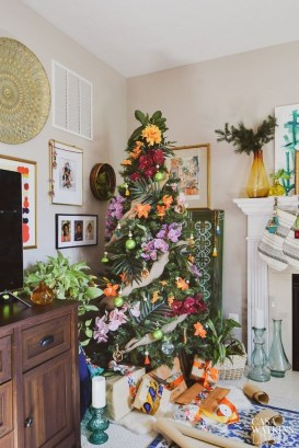 Brilliant Tropical Winter Decor Ideas That Bring Your Home Into Holiday Feel 34