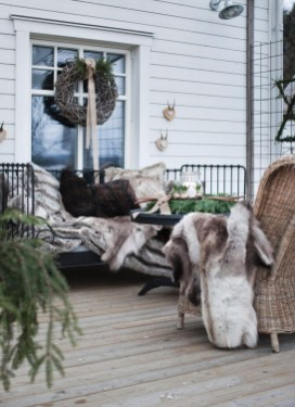 Superb Outdoor Winter Decor Ideas That Refresh Your Feel 17