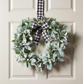Amazing Winter Wreath Décor Ideas That Suitable For Door 03