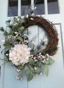 Amazing Winter Wreath Décor Ideas That Suitable For Door 22