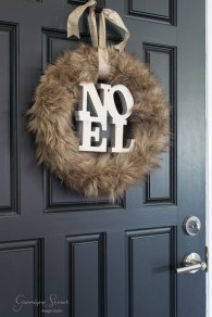 Amazing Winter Wreath Décor Ideas That Suitable For Door 30