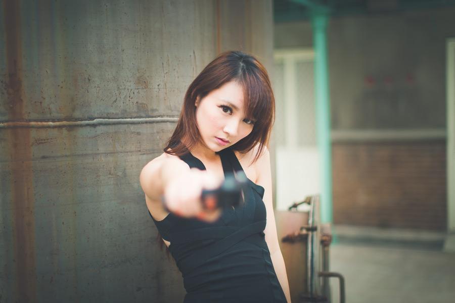 フリー写真 銃を撃つ女性スパイ