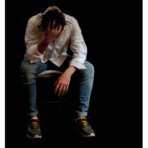 フリー写真, 人物, 男性, 外国人男性, フランス人, 頭を抱える, 落ち込む(落胆), 失望(絶望), 悲しい, 座る(椅子)