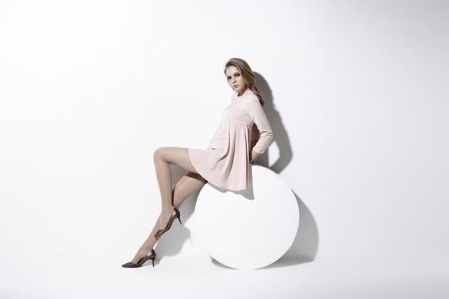 フリー写真 片足を上げて腰掛けるファッションモデル