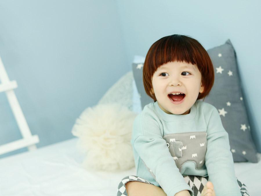 フリー写真 口を開けている子供のポートレイト
