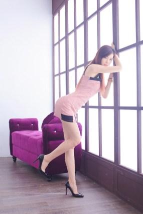 フリー写真 ボディコン姿で窓枠に寄りかかる女性
