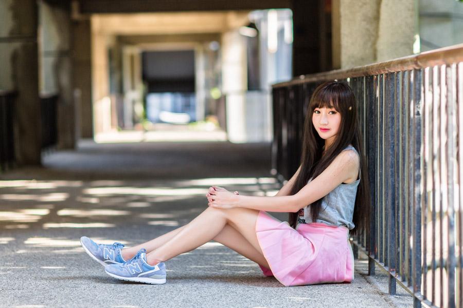 フリー写真 コンクリの地面に座っている女性