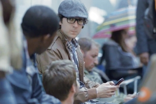 Samsung ad pokes fun at rabid Apple fans lined up outside a store.