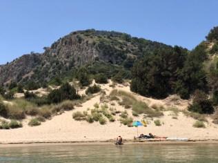 Zbytky benátské pevnosti a pod nimi Odysseova jeskyně