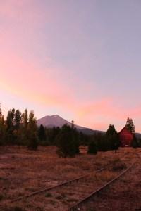 夕日に染まるシャスタ山