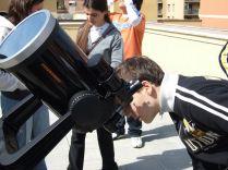 Uno studente mentre osserva il sole tramite il telescopio (protetto con il fitro solare)