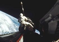 Gordon cavalca il razzo Agena durante una EVA nella missione Gemini 11