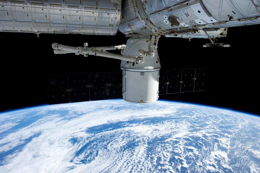 La capsula Dragon attraccata alla ISS durante la missione CRS2La capsula Dragon attraccata alla ISS durante la missione CRS2