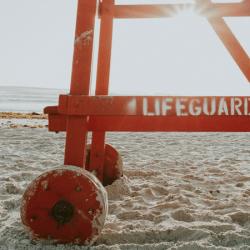 """zdjęcie wieży ratowniczej z napisem """"life guard"""" na plaży"""