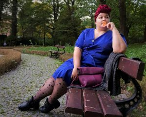 Ostatnie promienie koloru – kobaltowa sukienka od karko.pl