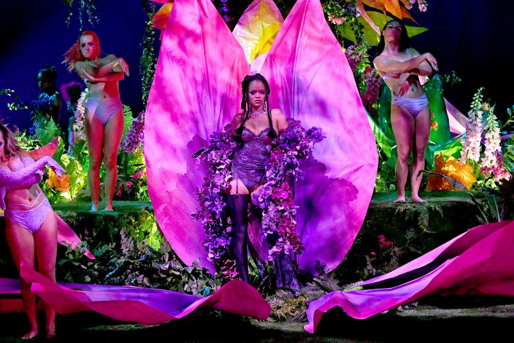kadr z pokazu Sacage x Fenty - fotos Rihanny wychodzącej z wielkiego kwiatu - elemetu scenografii