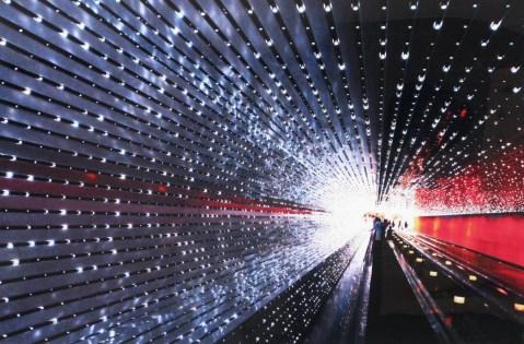 23.- Samuel Mustri, Tunel, 2013, papel metálico sobre acrílico, 100 x 150 cm