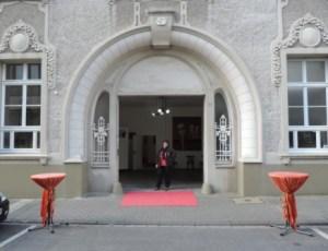 Fruehlingsausstellung_im_Kunsthaus_Ruhrstr.3_Heidi_Becker_im_imposanten_Tor_der_Ruhr-Gallery_Foto_by_Ivo_Franz