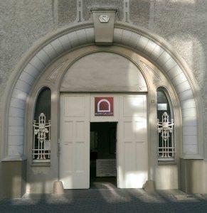 Das Eingangsportal der Galerie an der Ruhr / RUHR GALLERY MÜLHEIM mitten in der grünen Kunststadt im Ruhrgebiet