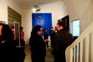 """""""Blaue Begegnung"""" im Foyer der Ausstellungshalle"""