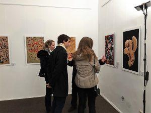 Besucher in der Ausstellung von Bernd Pirschtat