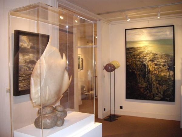 Valérie LE MERRER - Intérieur de la galerie, Sculpture de SO, Poisson ange en albâtre et rakus de S.