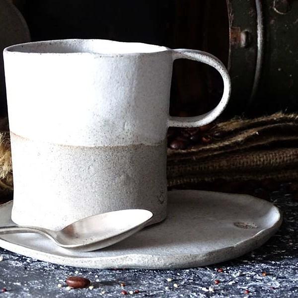 Skodelica z ročajem siva z belo glazuro