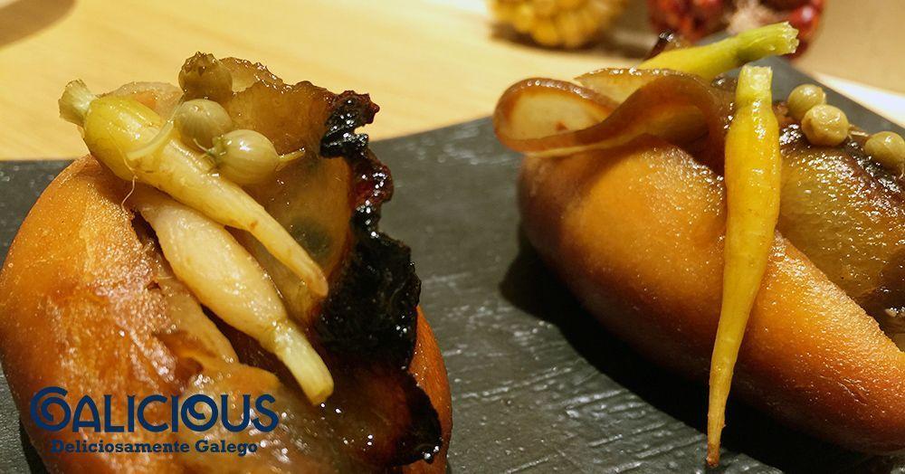 Sanguchito frito de papada de cerdo, salsa de soja y jenjibre con encurtidos. Restaurante Pakta. #Galicious