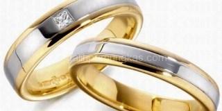 Memakai Cincin Emas Ketika Tunangan