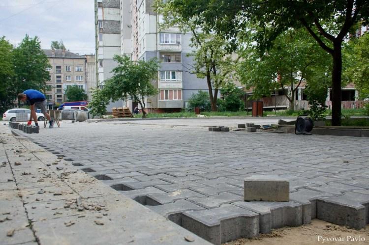 У Франківську на вулиці Хоткевича продовжують ремонтувати двір (ФОТО)