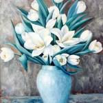 hvide tulipaner i blå vase