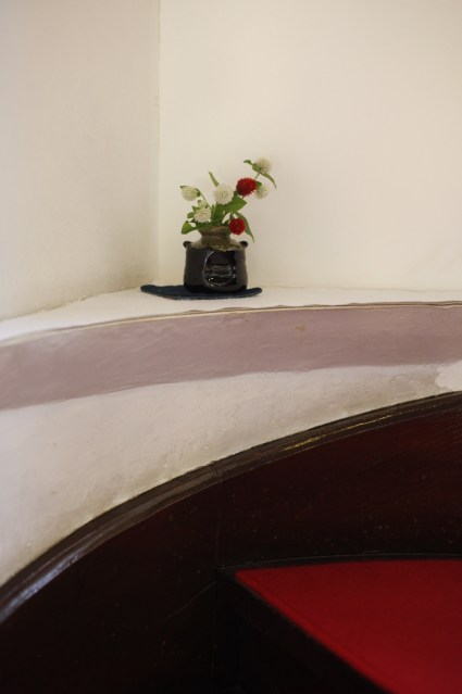 「人の手を感じさせる」をテーマに撮影された2点。スタッフがさり気なく活けた植物を、白壁を背景に印象的に捉えています。