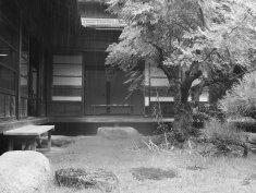 駒井さん。雨の降る縁側から子供の頃の記憶を連想し、あえて低い位置から撮影しました。色を省いたことで郷愁も感じさせます。