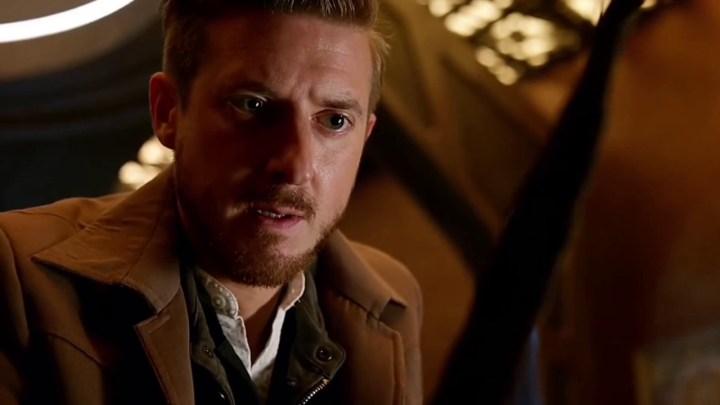 "Arthur Darvill jako kapitan Rip Hunter. Kadr z serialu ""Legends of Tomorrow""."