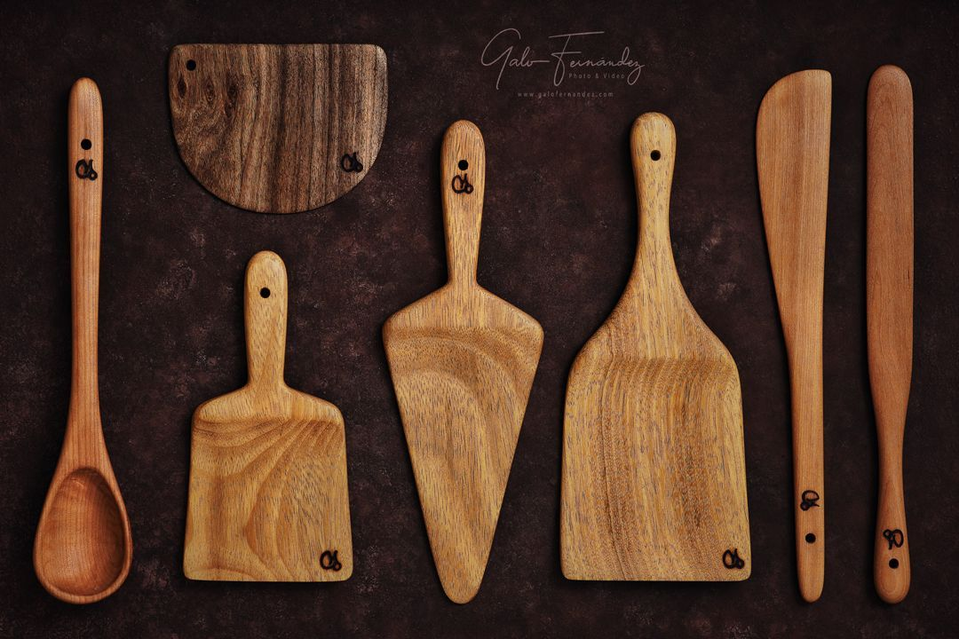 Set de utensilios de cocina hechos a mano en madera reciclada de roble, cedro y nogal