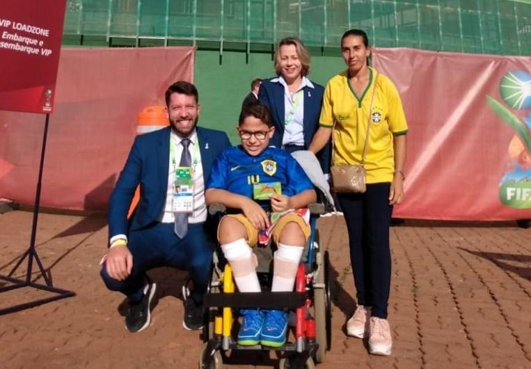 O garoto e cadeirante, Brayan, vai à final da Copa do Mundo Sub-17 da FIFA