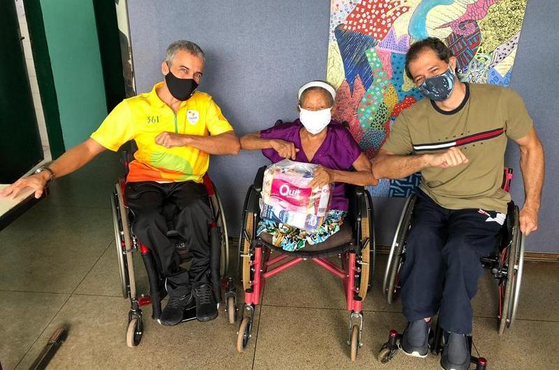 Associação doa cestas básicas para pessoas com deficiência no Gama