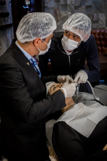 Leonardo no consultório do Dr. Viotto. Foto - Nicolas Souza