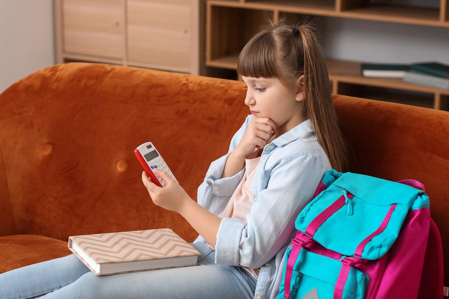 Ensinar uma criança a poupar é importante, defende educador