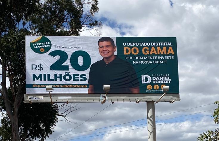 Daniel Donizet faz propaganda em outdoor e distribui panfletos no Gama