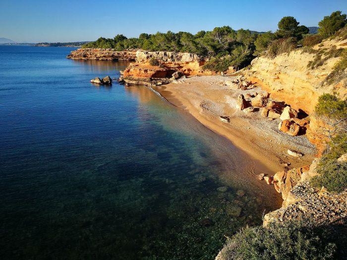 Переезжаем в L'Ametlla de Mar – небольшой рыбацкий городок, окруженный скалистыми бухтами и маленькими уютными пляжами.
