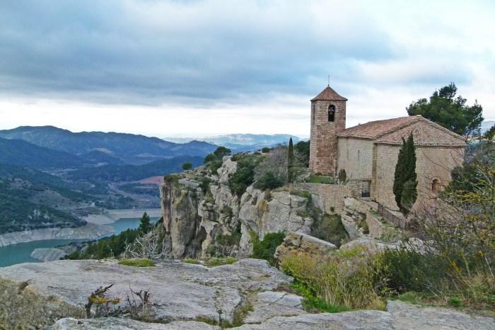 Ближе к вечеру мы попадем в средневековый городок Сиурана, который по праву назвают жемчужиной среди скал.