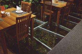 Speiseraum mit Fischen im Boden