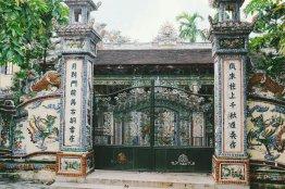 Wunderschönes Tor zu einem kleinen Tempel