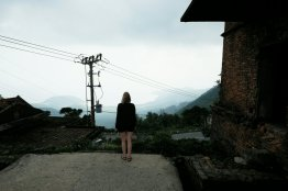 Simone schaut vom Wolkenpass Richtung Süden