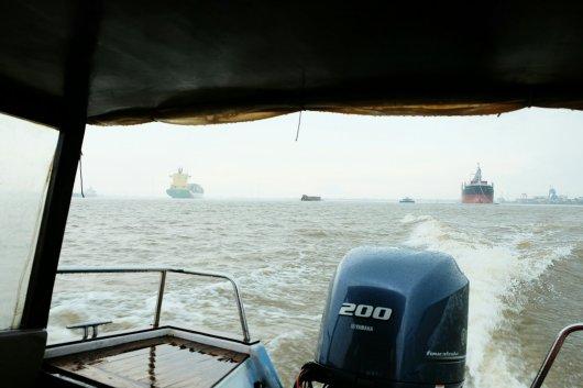 Große Schiffe auf dem Fluss